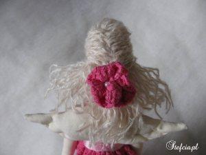 tilda aniolek rozowa koronka blondynka fryzura
